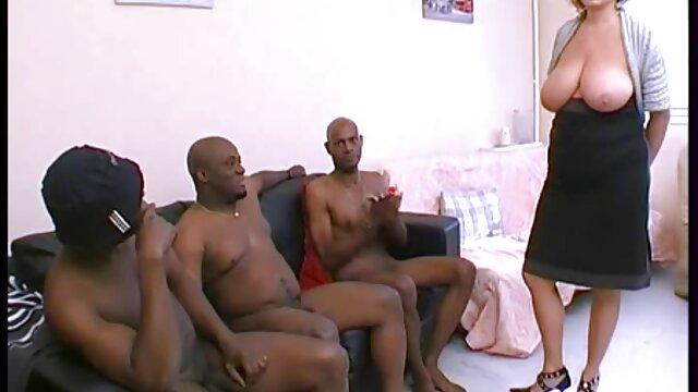 Une brune bien roulée fille enceinte porno joue avec un gode