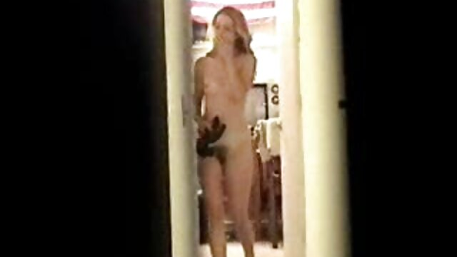 La beauté x porno enceinte Tiffany en lingerie se caresse