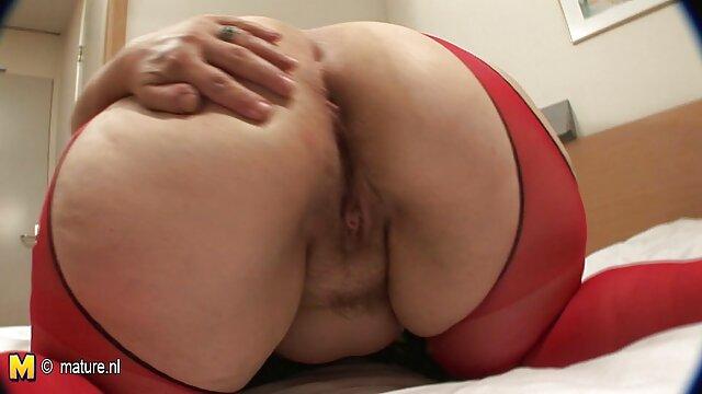 Katie caresse délicieusement sa fille enceinte porno chatte