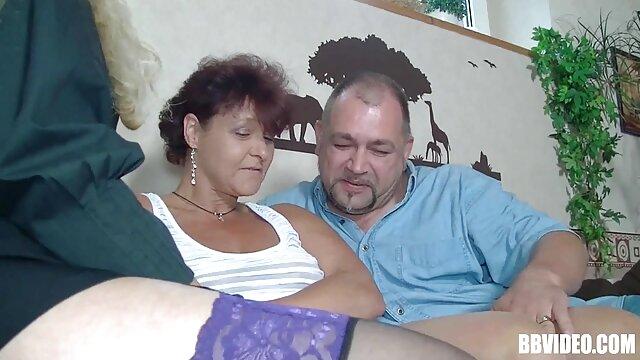 Une rencontre amicale de deux baise sa femme enceinte lesbiennes
