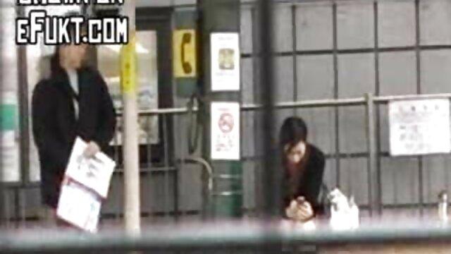 Deux lesbiennes baisent femme enceinte baize dans un vestiaire public